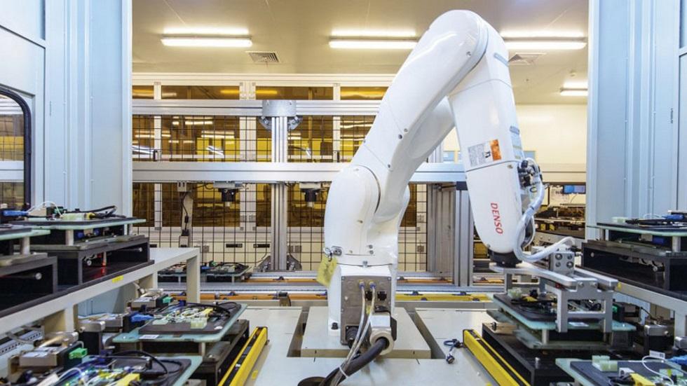 Над сборкой iPhone трудится больше роботов, чем людей