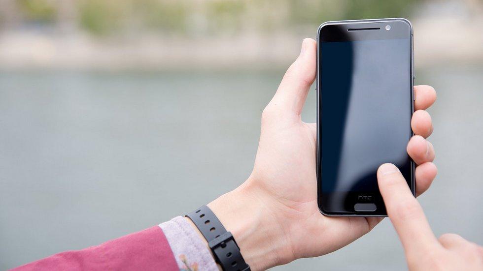 HTC представила доступную копию iPhone 6