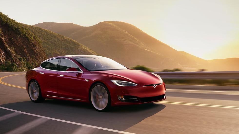 Автомобиль Tesla попал в аварию и перевернулся. Водитель винит автопилот