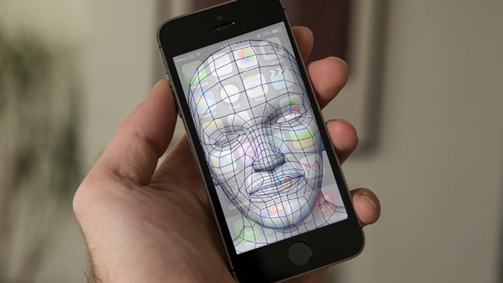 Сканер лица iPhone 8 будет распознавать владельца даже со стола