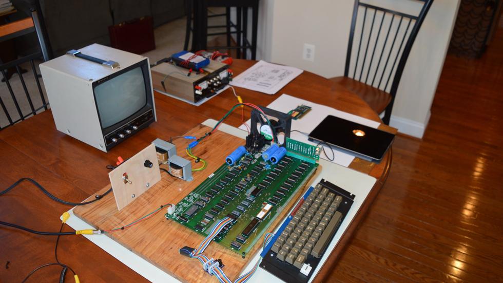 На аукционе продадут компьютер Apple I, подаренный владельцу Джобсом и Возняком