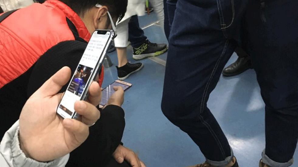 iPhone X заметили в китайском метро (фото)