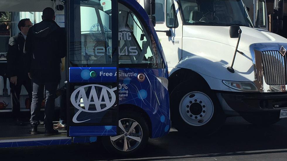 В Лас-Вегасе автономный микроавтобус попал в аварию в первый день на маршруте