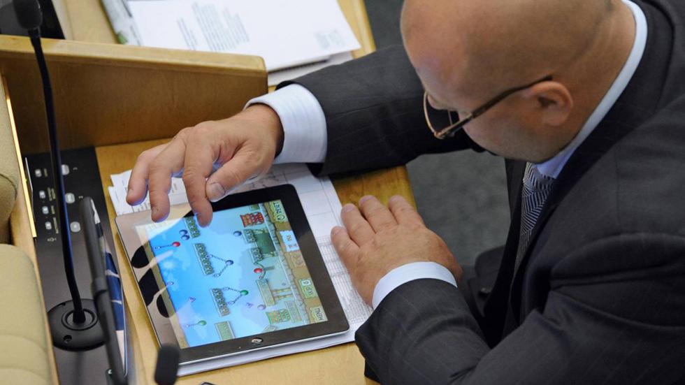 Депутат растоптал свой iPad вответ наамериканские санкции