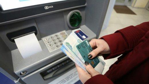 Часть банкоматов российских банков перестала принимать пятитысячные купюры из-за вброса фальшивок