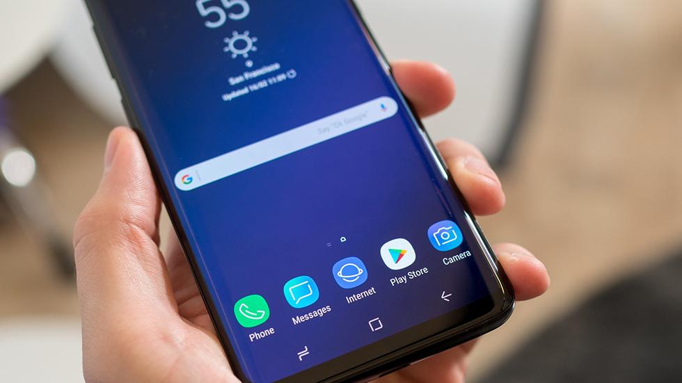 Samsung будет выпускать дешевые смартфоны сэффектно изогнутыми дисплеями в2019 году