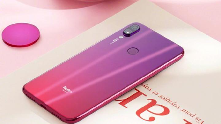 Бюджетный смартфон Xiaomi Redmi Xс удивительным дизайном показан на фото