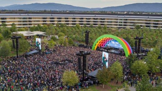 Apple украсила кампус Apple Park радугой впамять оСтиве Джобсе