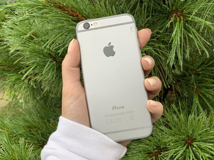 iPhone в руке у девушки
