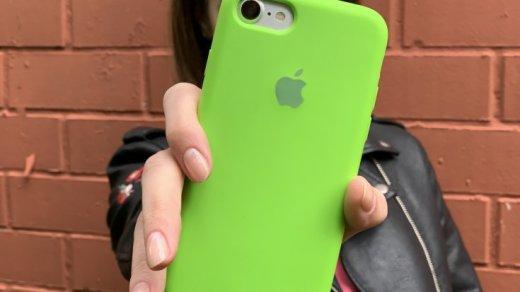 Девушка с Айфоном с прошивкой iOS 12.4