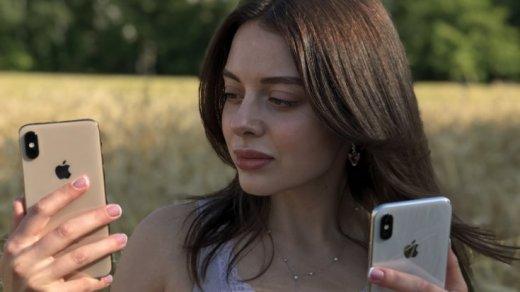 iPhone X и iPhone XS в руках у девушки