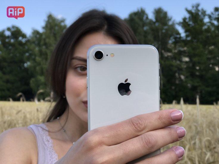 iPhone 8 в руках девушки