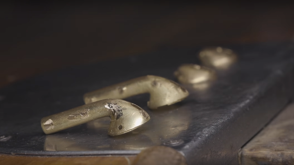 Золотые корпуса для AirPods