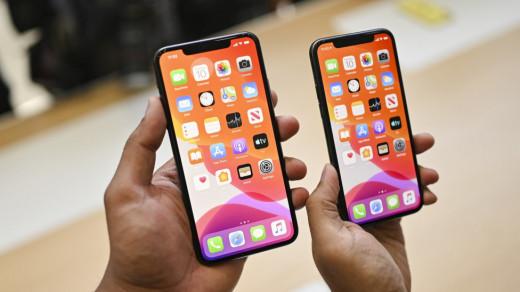 Два iPhone в руках