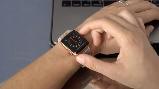 Apple Watch на руке девушки