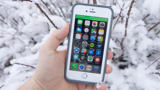 iPhone в руке зимой