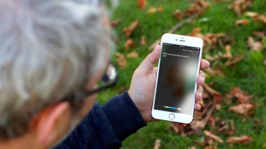 Siri на iPhone в руках