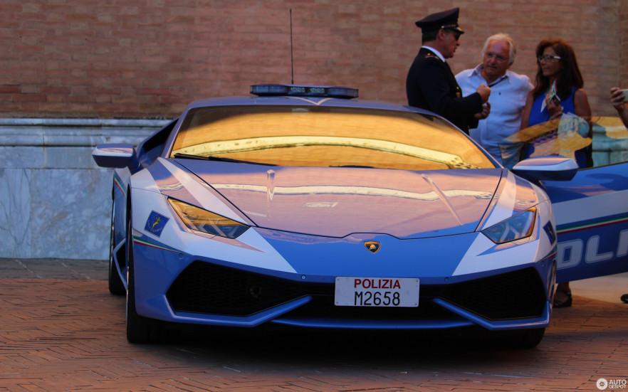 Итальянские полицейские ездят на Lamborghini Huracan не только для патрулирования улиц, а ещё и делают добрые дела