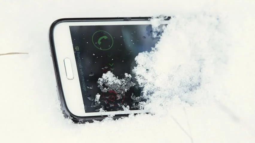 Как спасти смартфон, упавший в сугроб