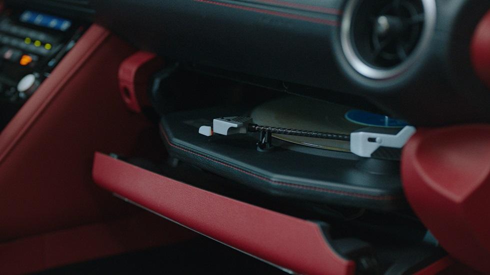 Мечта ретромана — создан автомобиль с проигрывателем виниловых пластинок